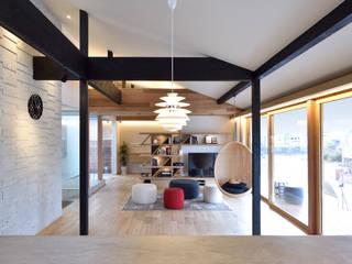 桑名の家: ダトリエ一級建築士事務所 LLCが手掛けたリビングです。