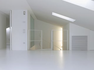 Modern Corridor, Hallway and Staircase by Ni.va. Srl Modern