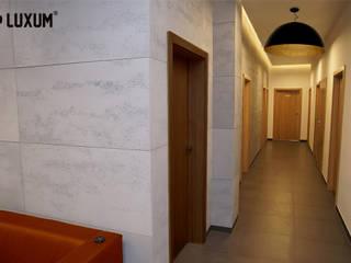 Beton architektoniczny w nowoczesnym biurze. od Luxum Nowoczesny