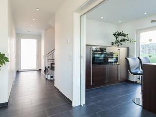 herbertarchitekten Partnerschaft mbB Modern Corridor, Hallway and Staircase Tiles Grey