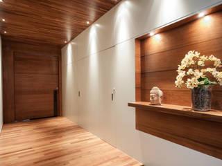 Corredores e halls de entrada  por Elisa Vasconcelos Arquitetura  Interiores, Moderno