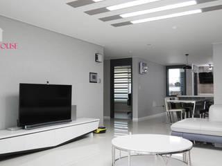 모던한 그레이 컬러의 아파트 리모델링: One House의  거실