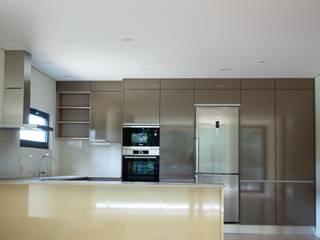 Cozinha.: Cozinhas modernas por Lethes House