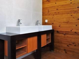 Lethes House Salle de bain moderne Bois Effet bois