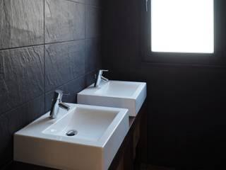 Lavatórios.: Casas de banho modernas por Lethes House