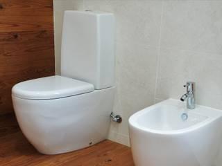 Casa de madeira LETHES HOUSE Aveiro: Casas de banho modernas por Lethes House
