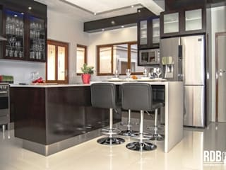 Dark Mahogany Kitchen Modern kitchen by Ergo Designer Kitchens and Cabinetry Modern Wood Wood effect