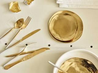 Bianco e oro: come arredare e abbinare i colori: Cucina in stile in stile Scandinavo di Design for Love