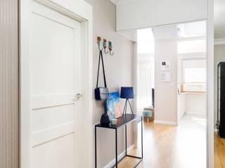bardzo kobiece mieszkanie Nowoczesny korytarz, przedpokój i schody od RedCubeDesign Nowoczesny