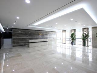 Oficinas y bibliotecas de estilo moderno de HJL STUDIO Moderno