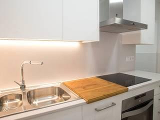 Grupo Inventia Cocinas de estilo mediterráneo Compuestos de madera y plástico Blanco
