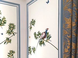 The renovation of Chambre Royale with Hand painted Wallpaper 클래식 스타일 호텔 by Snijder&CO 클래식