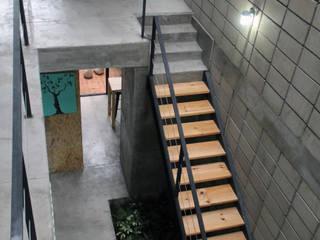 Casa Gala : Pasillos y recibidores de estilo  por Apaloosa Estudio de Arquitectura y Diseño