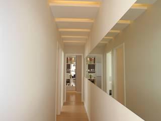 Pricila Dalzochio Arquitetura e Interiores Vestíbulos, pasillos y escalerasAccesorios y decoración Blanco