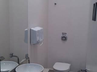 banheiro masculino: Clínicas  por Studio Designare Interiores