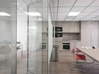 Ouverture espace de travail et lieu de repos: Bureaux de style  par réHome
