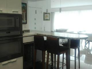 Modern kitchen by THE muebles Modern
