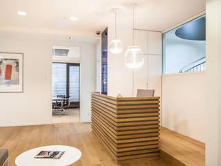Beim Empfangstresen sorgt eine Stufe dafür...:  Bürogebäude von Agnes Lobisch | Gestaltung leben