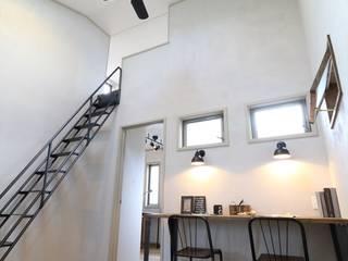 Couloir et hall d'entrée de style  par いえラボ