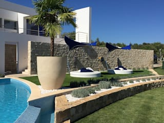 Pool Area and Garden: Jardins modernos por Pure Allure Interior