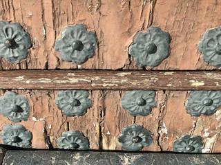Portón sin restaurar: Puertas de madera de estilo  de Conely