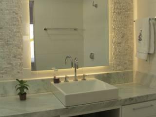 Casa TM : Banheiros  por Lozí - Projeto e Obra
