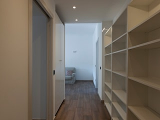 Modern Corridor, Hallway and Staircase by Laura Galli Architetto Modern