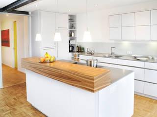 RONALD-KIRSCH PLANungsgesellschaft Cocinas de estilo moderno Madera Blanco