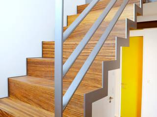 RONALD-KIRSCH PLANungsgesellschaft Pasillos, vestíbulos y escaleras de estilo moderno Madera Multicolor