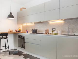 現代廚房設計點子、靈感&圖片 根據 senzanumerocivico 現代風