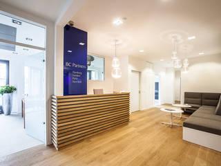 Viel Holz und weiches Licht...:  Bürogebäude von Agnes Lobisch | Gestaltung leben