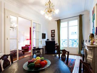 art collector's house in paris Sala da pranzo eclettica di arcHITects srl Eclettico