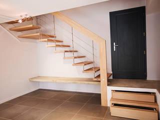 Escalier suspendu NOVA: Couloir, entrée, escaliers de style de style Moderne par Passion Bois