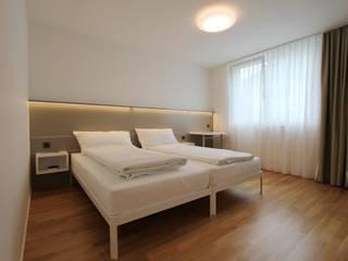 Contract - Camere Hotel Flawil, Svizzera:  in stile  di iCarraro
