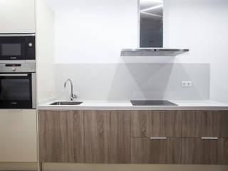 Grupo Inventia Cocinas de estilo rústico Compuestos de madera y plástico Acabado en madera