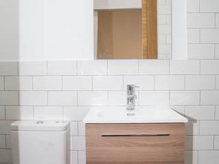 Grupo Inventia Baños de estilo rústico Azulejos Blanco