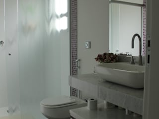 Minimalist bathroom by Lozí - Projeto e Obra Minimalist