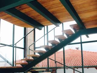 Pasillos, vestíbulos y escaleras de estilo rural de Valquiria Leite Arquitetura e Urbanismo Rural