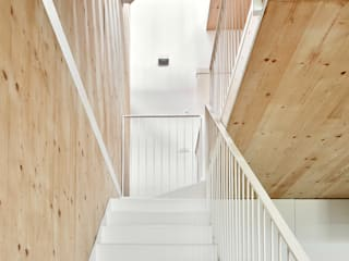 59RUT New house between dividing walls in the centre of Terrassa Pasillos, halls y escaleras minimalistas de Vallribera Arquitectes Minimalista