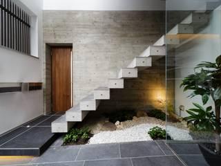 VERTICAL HOUSE (縦格子の家): MITSUTOSHI   OKAMOTO   ARCHITECT   OFFICE 岡本光利一級建築士事務所が手掛けた廊下 & 玄関です。,