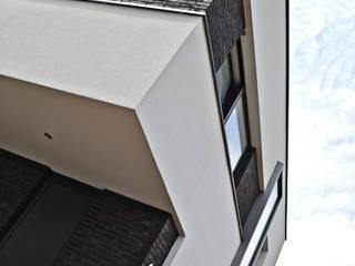Casas minimalistas por FWP architectuur BV Minimalista