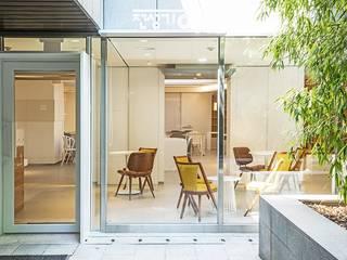 Puertas y ventanas de estilo moderno de 지오아키텍처 Moderno