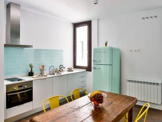 Cocina turquesa : Cocinas de estilo  de StudioBMK