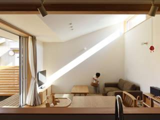 江南の家/庭を囲む家 モダンデザインの リビング の 加藤淳一級建築士事務所 モダン