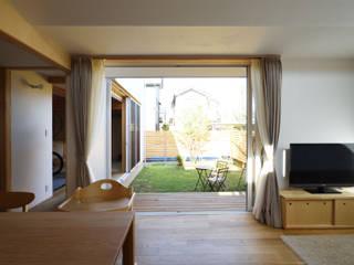 ダイニングから庭をみる: 加藤淳一級建築士事務所が手掛けた窓です。