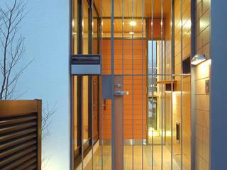 Nowoczesny korytarz, przedpokój i schody od シーズ・アーキスタディオ建築設計室 Nowoczesny