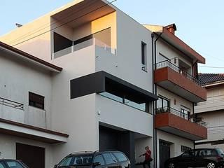 Habitação Unifamiliar Rua da Vinha:  Huizen door architektengroep roderveld, Modern