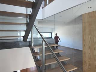 Habitação Unifamiliar Rua da Vinha Moderne gangen, hallen & trappenhuizen van architektengroep roderveld Modern