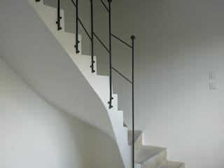 Modern Corridor, Hallway and Staircase by ATELIER MACHLINE Modern