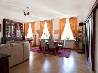 Homestaging Mieszkania w kamienicy, Warszawa: styl , w kategorii Salon zaprojektowany przez Mhomestudio